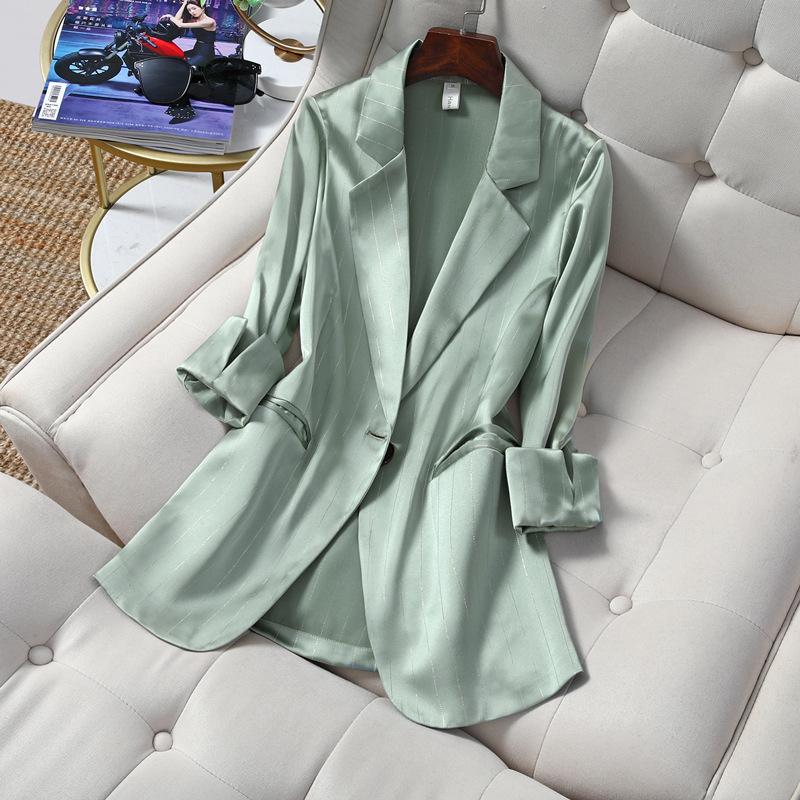 薄手のスーツは韓国風で優雅で通勤しています。細いストライプの7分袖のスーツは日焼け止めのコートの女性です。
