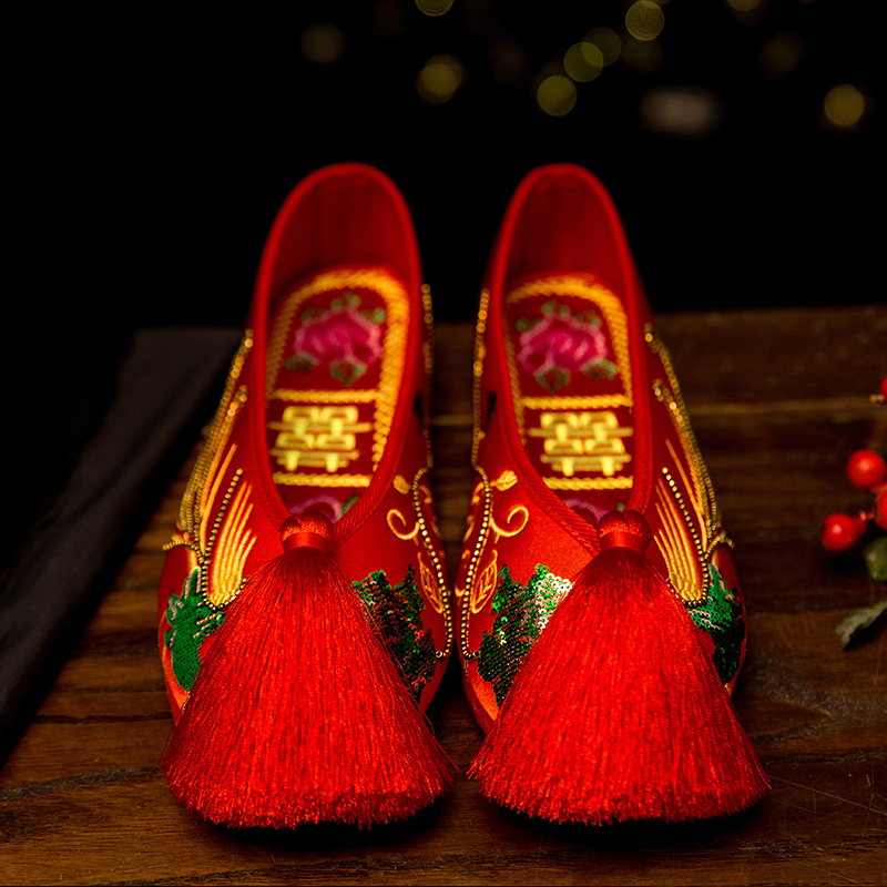 Old Beijing Sequin embroidered shoes Chinese wedding shoes red flat bottomed womens shoes bridal Xiuhe shoes thousand layers of tassel cloth shoes