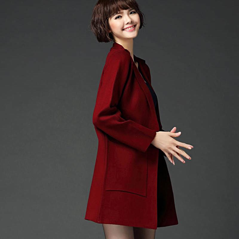 レトロの襟の両面に羊毛のコートがあります。冬の長い毛に厚い毛があります。コートの中にゆったりとしたオート麦の色があります。
