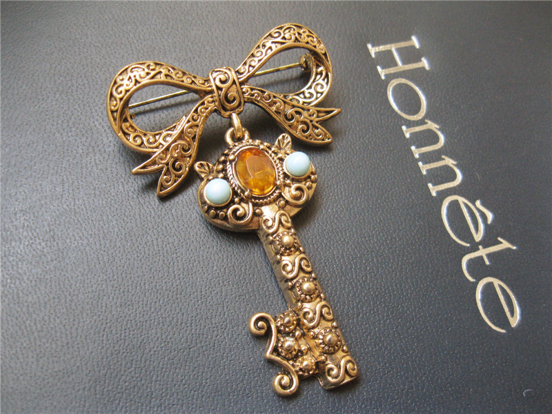 Japanese Glass Brooch 20200420 retro relief stereo key carmeo pearl red acrylic