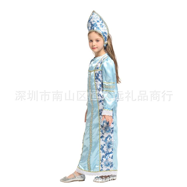 服装の化粧舞踏会は服装のロシアの王女のコスプレを演じてハロウィンの六一節女の子供に扮します。