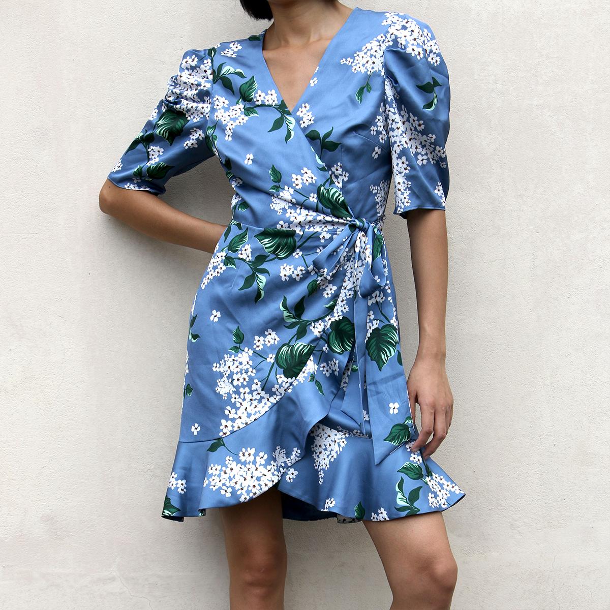 日常度假皆宜 浪漫减龄清新蓝色印花V领围裹式耸肩短袖花边连衣裙