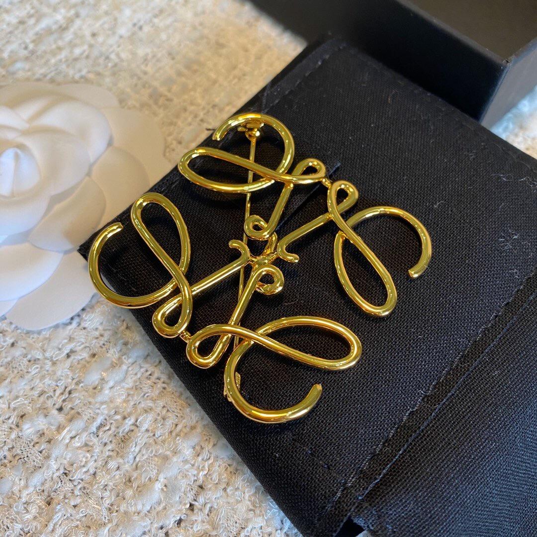 个性复古意罗镂空高几何字母抽象薇ins徽章胸针金色相扣品胸欧美
