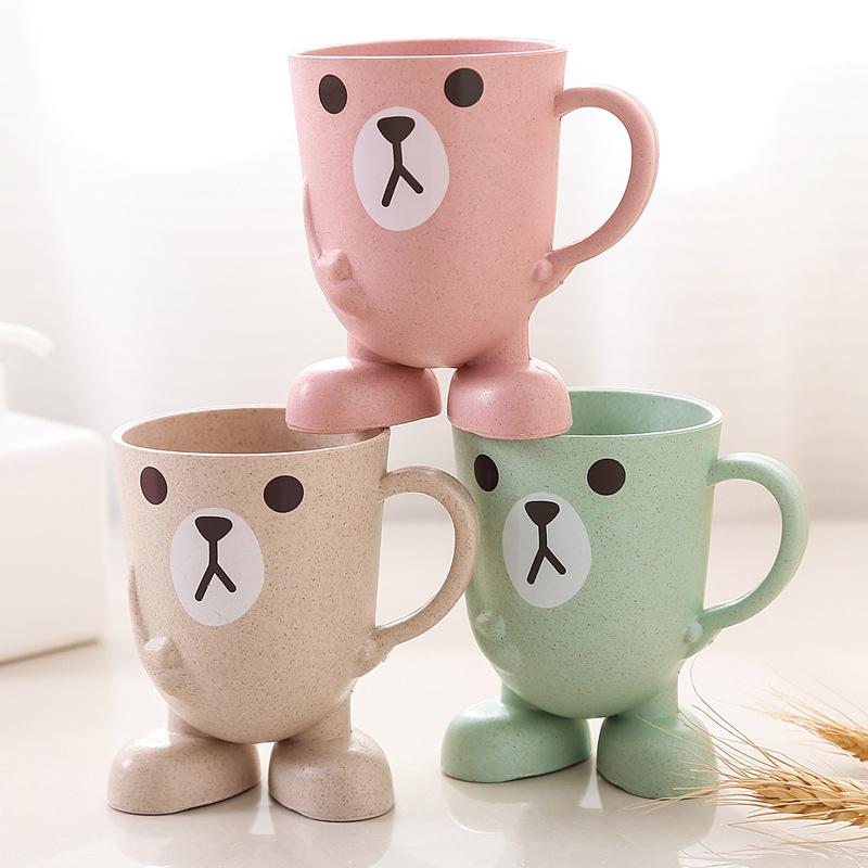 可愛いカップ子供の口をすすぐカップです。男の子達は歯磨きカップを設計しています。
