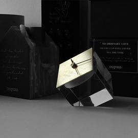 原创设计北欧ins风时钟桌面台钟卧室方形黄铜水晶座钟摆件图片