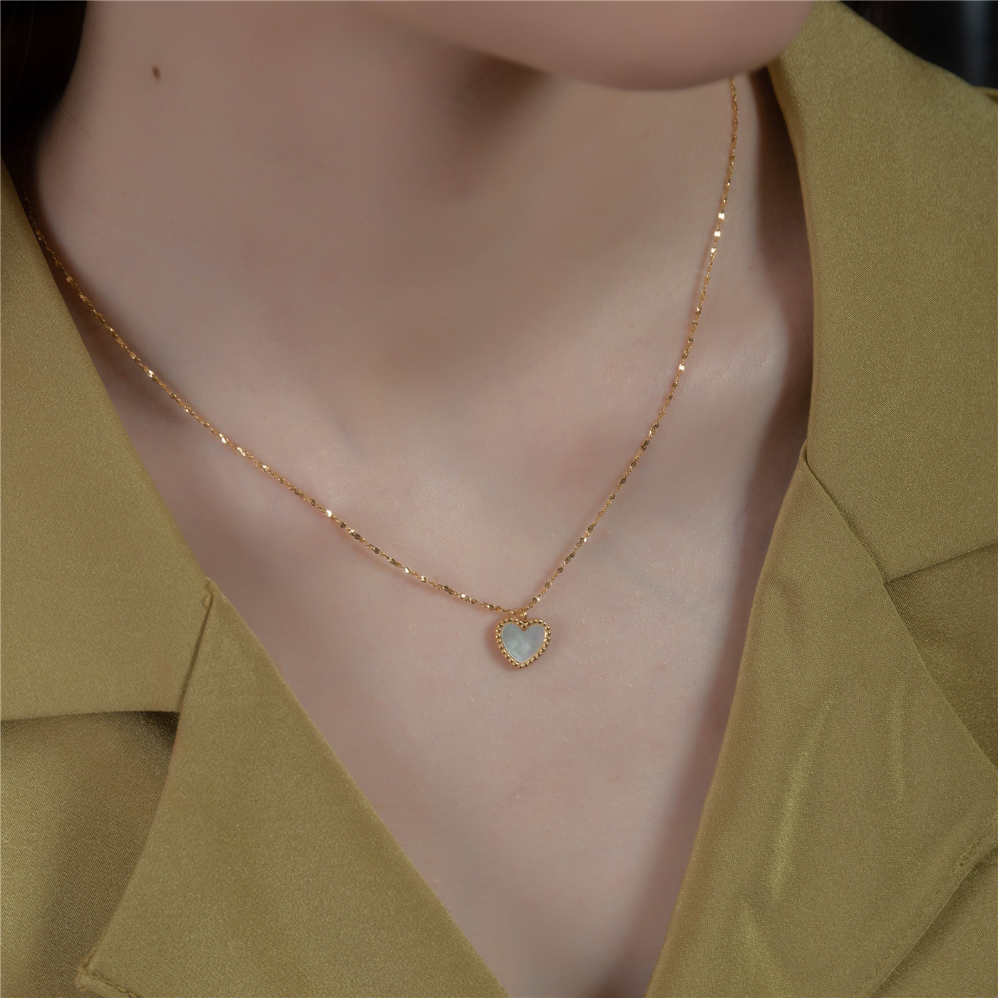 十里间 小清新贝母桃心项链钛钢镀18K百搭可调节锁骨链毛衣链