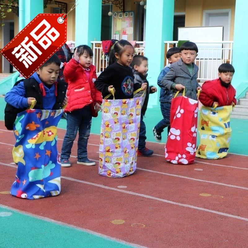 おもちゃのスポーツはq動児童の屋外活動の幼稚園の児童の幼稚園の感動的な訓練の器械が袋を跳びます
