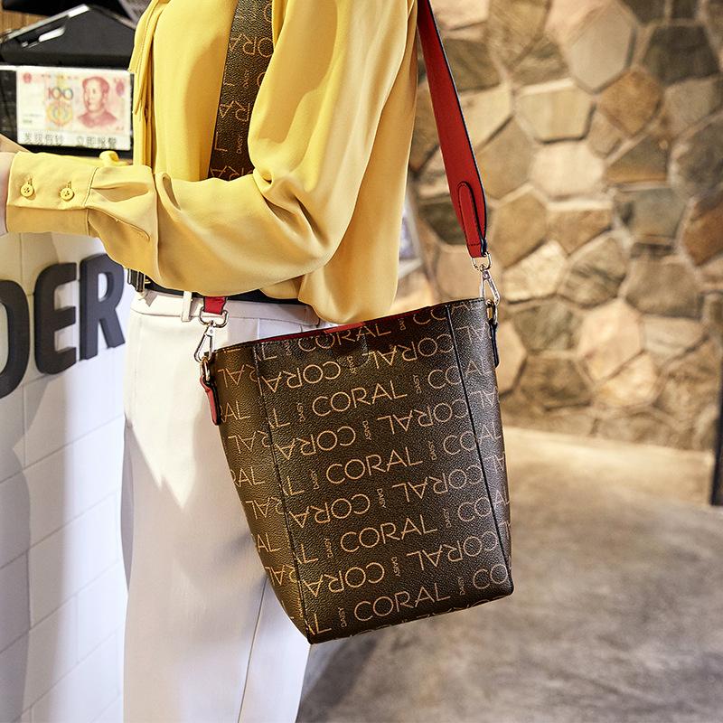 卡洛黛茜2021女包简约宽肩带水桶包时尚复古印花单肩包休闲子母包