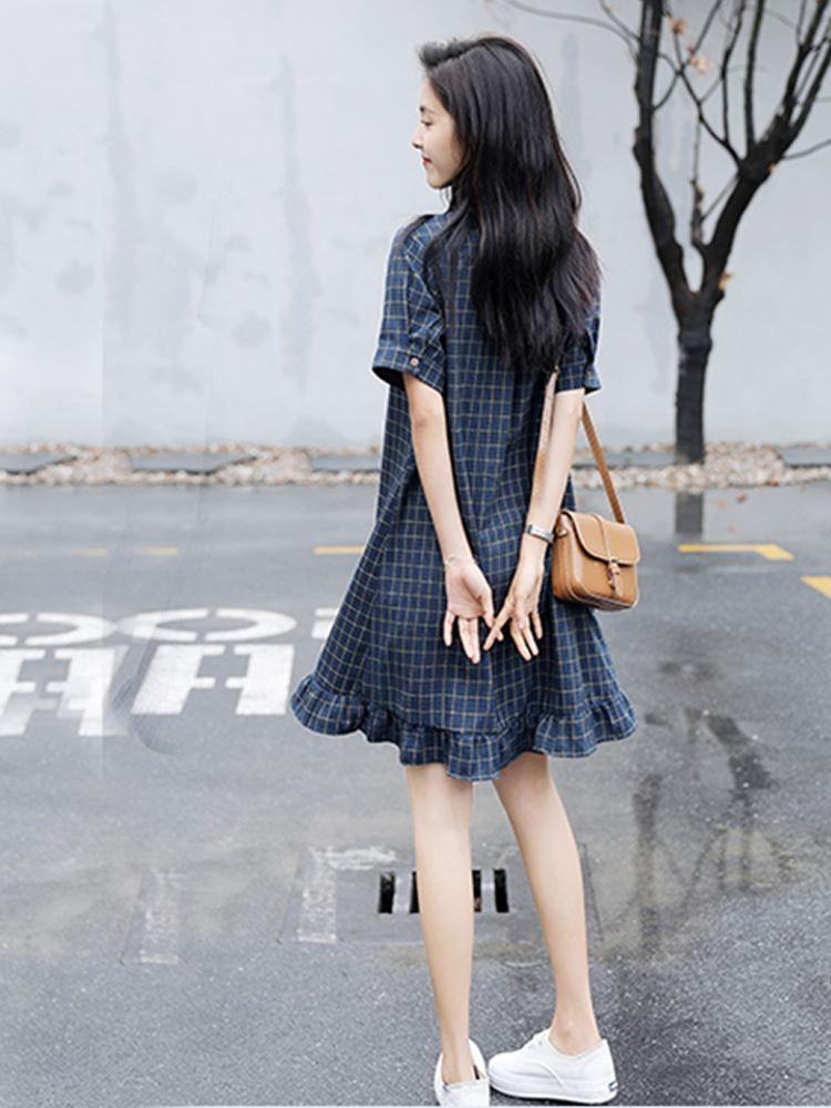 秋冬の日系少女は森系女装文芸復古学生の小清新森ガール風チェックのワンピースを着ています。