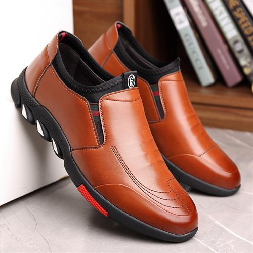 秋季の青年の男の人の土の柔らかい底は休みますp閑豆の靴の息を通して靴の靴をかぶせて靴の靴を運転します