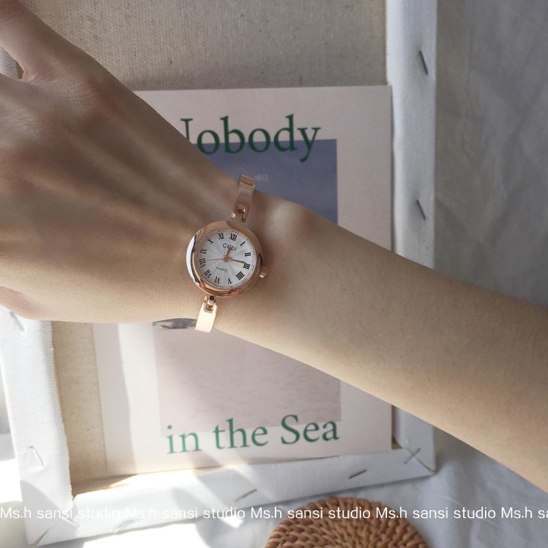 小表盘手表女迷你小巧复古罗马刻度细链条文艺手镯表。