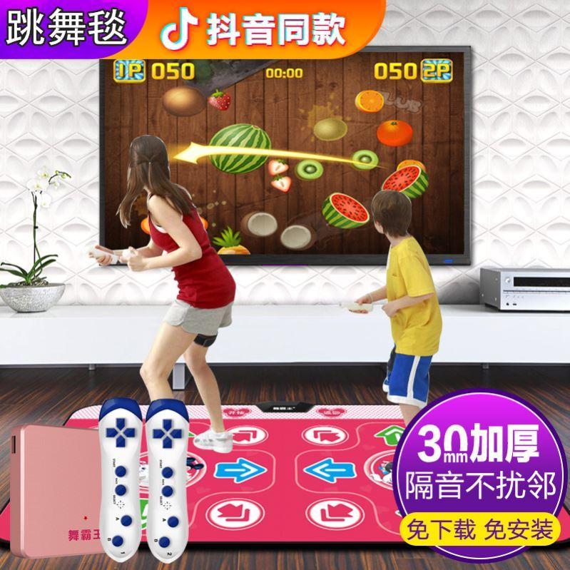 家庭の室内はテレビのダンスの毛布につながっています。家庭用子供のエクスビートダンスをして腰をくねらせます。