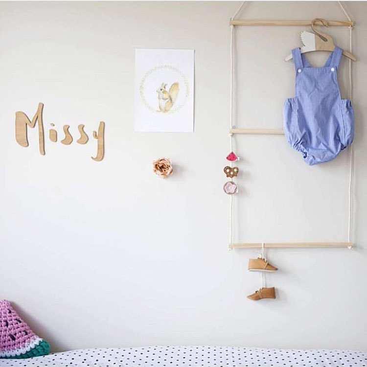 Ins childrens room wooden wall hanging multi-functional shelf hanging clothes scarf necklace lovely background hanging.