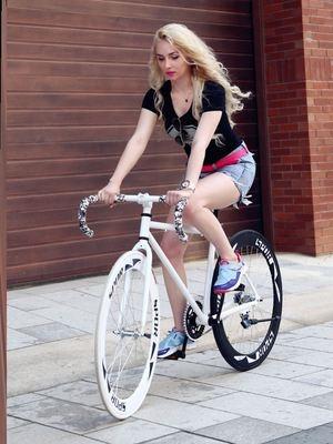 。变速死飞自行车弯把公路活飞自行车成人双碟刹实心胎学生