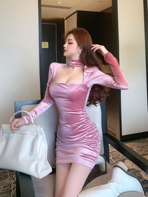 New sexy square neck long sleeve velvet Bib dress in autumn and winter 2020, slim fitting, pleated, buttock tight bottoming.