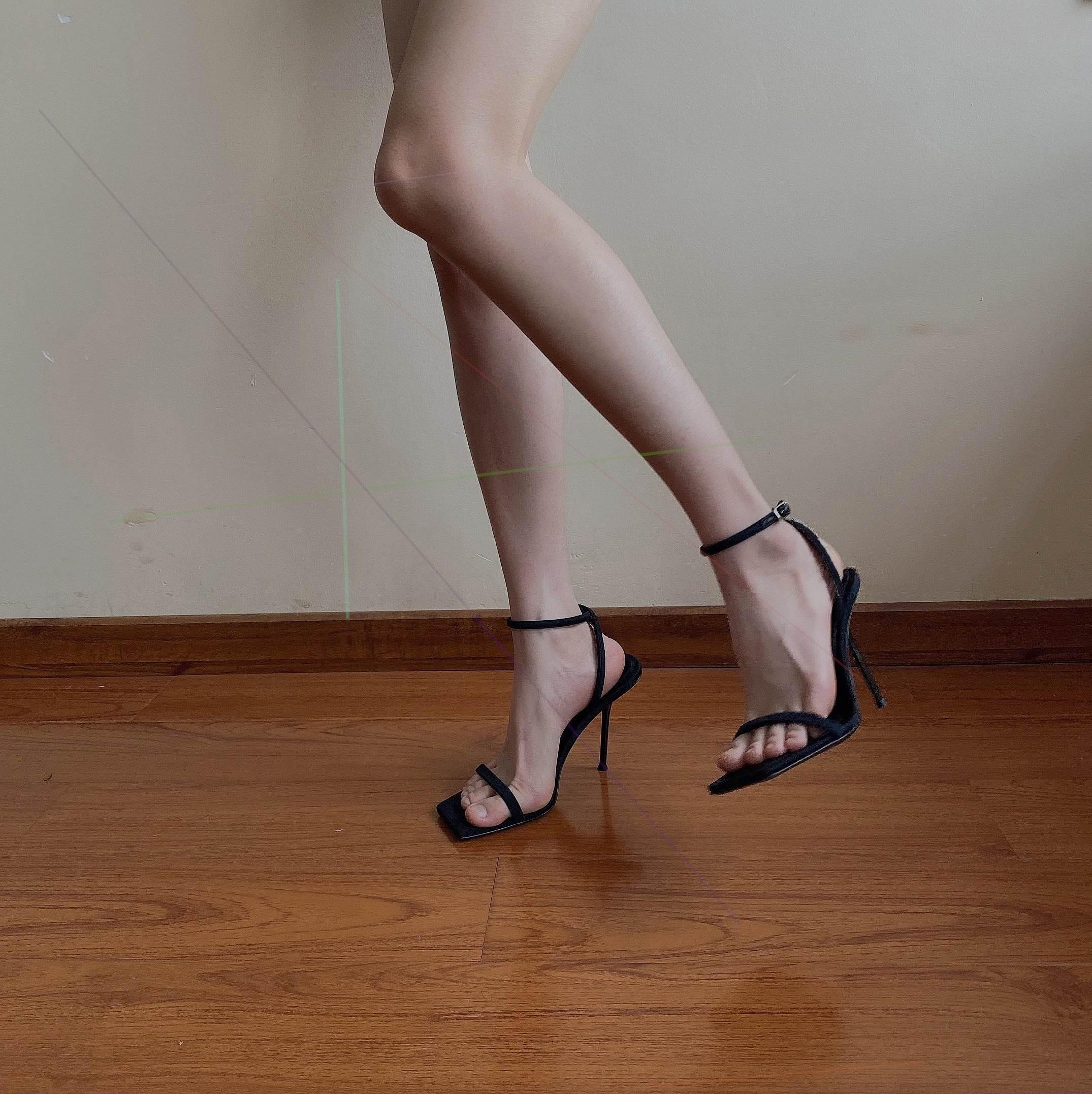 2021年夏季新款方头小众一字带凉鞋高跟鞋女细跟黑色绒面露paIU