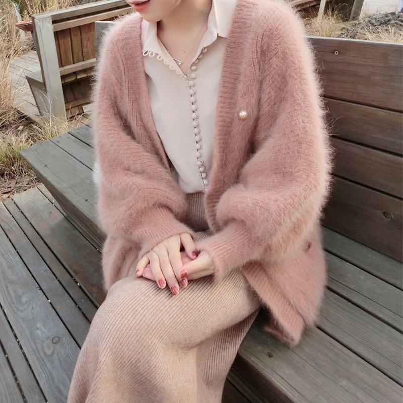 カーディガンのロングミンクのカーディガンの女性の中にはピンクのゆったりしたものぐさのジャケットニットコートの外にはランタンの袖がついています。