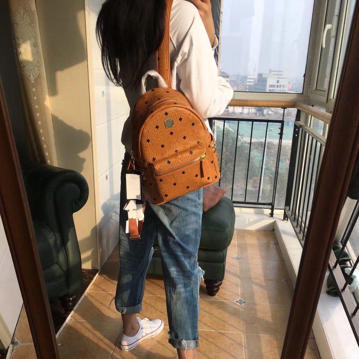 2018韩版新款侧钉真皮双肩包铆钉书包旅行背包明星同款青岛代工