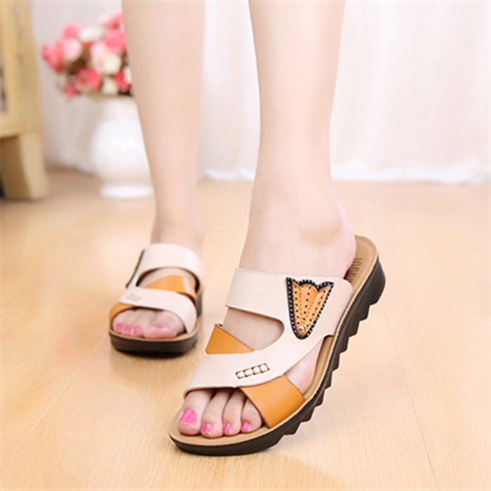 Fashionable large size middle-aged womens versatile sandals for summer wear flat bottom flat heel non slip thick bottom middle heel mother sandals