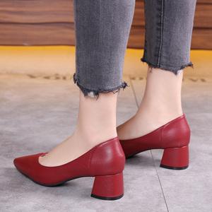 真皮低跟单鞋女红色高跟鞋本命年妈妈皮鞋粗跟尖头中跟小码313233