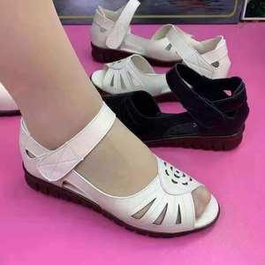妈妈鞋子女2021年新款夏季凉鞋镂空透气中老年鱼嘴鞋真皮防滑软底
