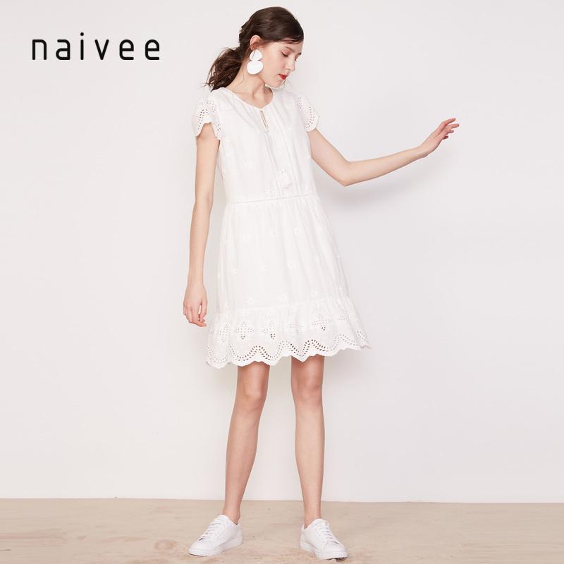 纳薇2019夏波西米亚度假风荷叶边镂空刺绣V领显瘦白色纯棉连衣裙