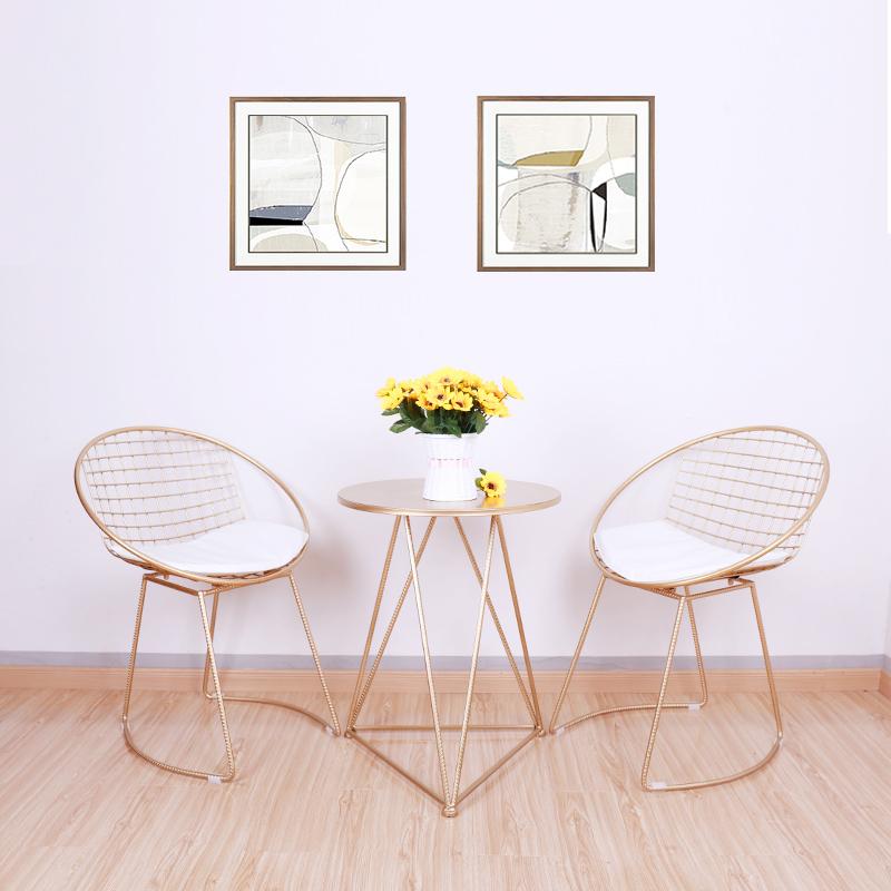北欧の透かし鉄の椅子の創意の家具のカジュアルな小さいテーブルと椅子は簡単に金属の椅子の近代的なデザイナーの椅子の金色を予約します。