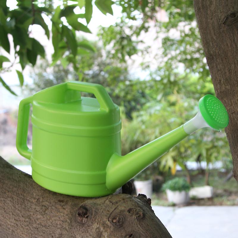 バケツの容量の大きい工具家庭用散水大種の野菜を使って、ポットに水をやります。