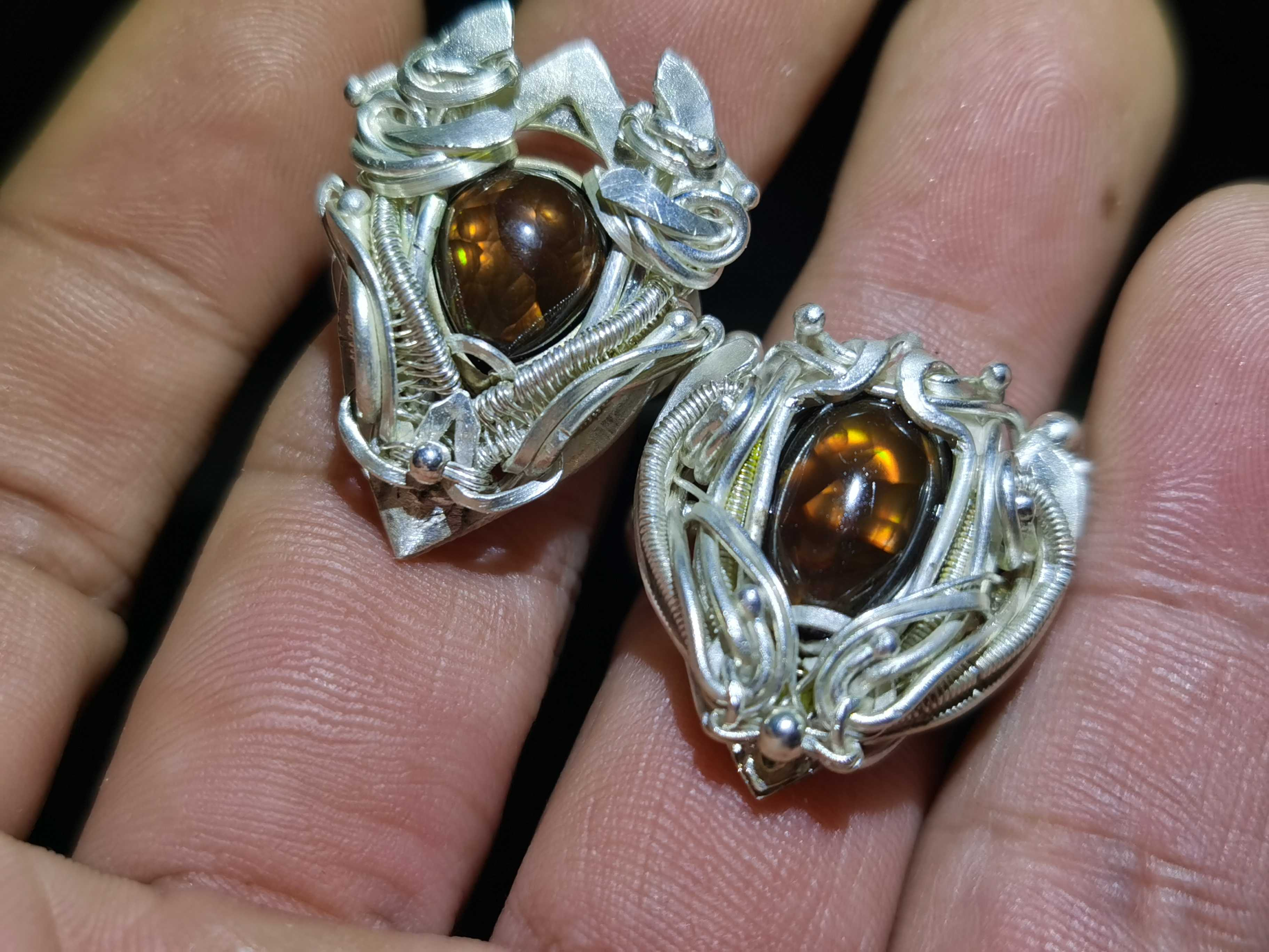 Customized agate ring in pure silver. Small head shakes light gem, color foam.