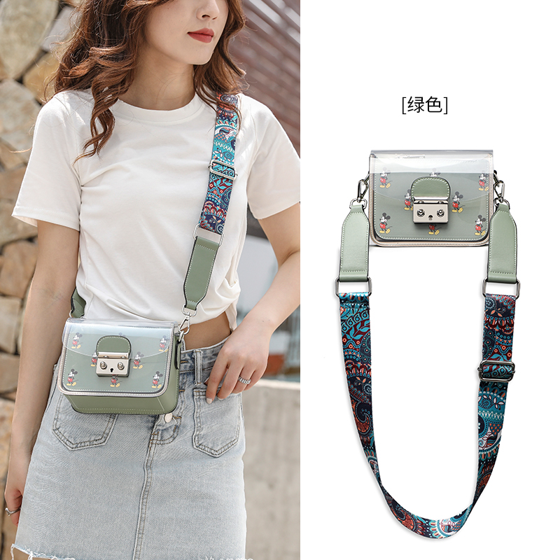 This years popular bags are versatile, fashionable Mini chain, wide shoulder strap, jelly transparent small square bag