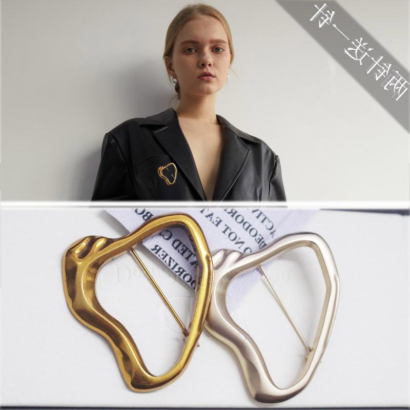 热卖的黄铜鎏金几何方形镂空胸针欧美冷淡风配西装胸花小香风