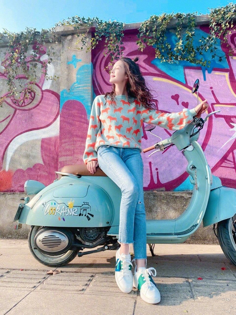 Li Qin stars Pony design is sweet, fashionable, loose and lazy, new sweater fashion in spring and autumn 2020