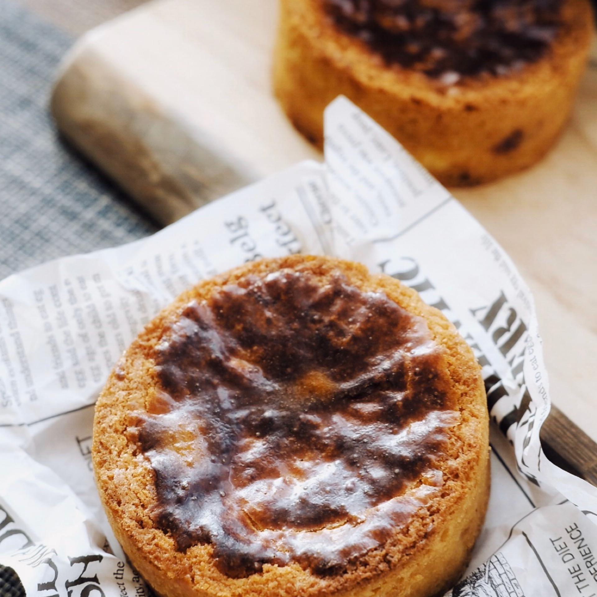 新しいフランスの伝統的なバスクチーズとバニラチェリーの4インチケーキの香りの入り口