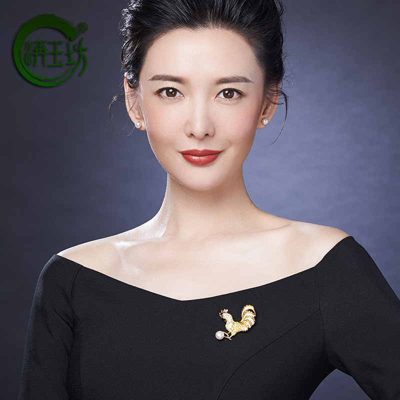 Jiyufang new chicken auspicious auspicious Zodiac chicken 9-10mm alloy inlaid with White Freshwater Pearl Brooch for ladies