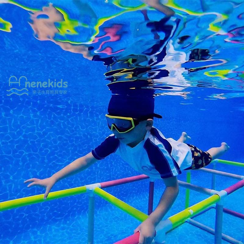 ドドトーンは同じ子供用の水泳訓練です。水中の四角い階段を登ります。親子プールで潜水教具を訓練します。