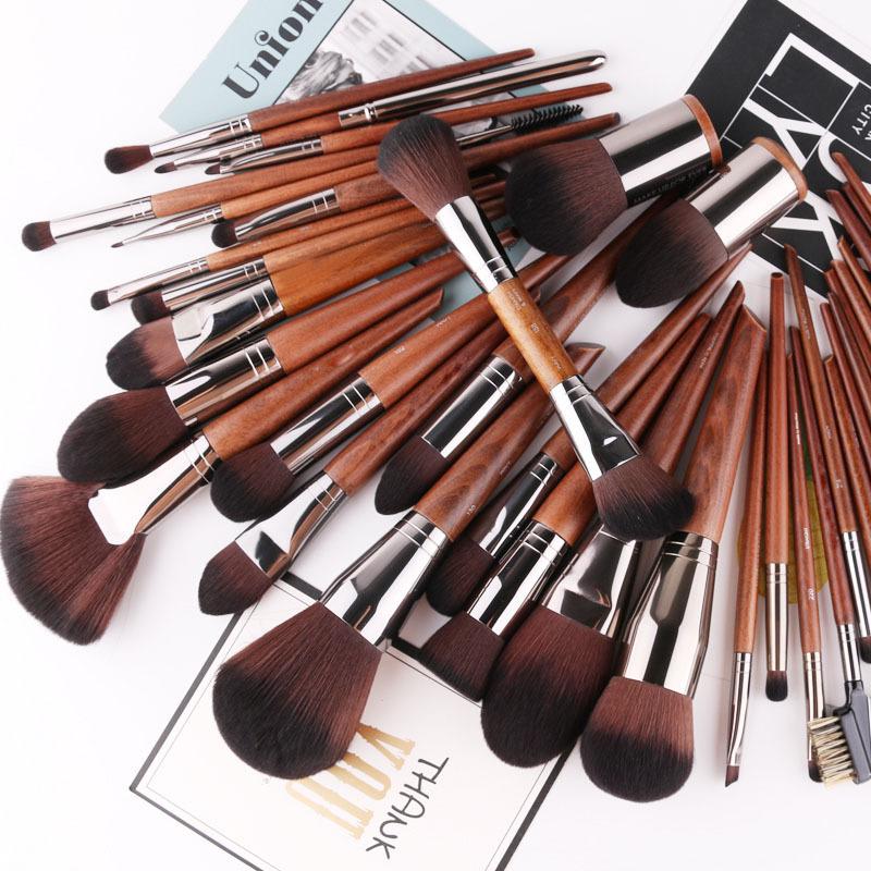 Easy to use giant push! Makeup brush, eye shadow brush, set eyebrow brush, high gloss brush, dizzy nose shadow brush, loose powder blush brush.