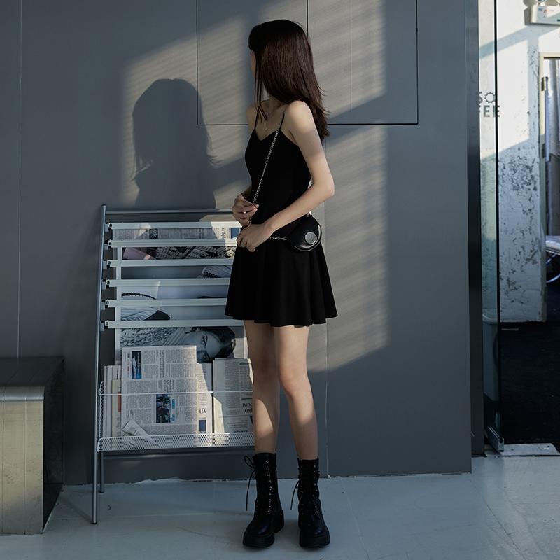 赫本小黑裙2021新款气质短款礼服内搭打底a字黑色吊带连衣裙女夏