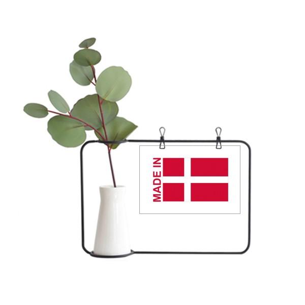 デンマークの国旗国家は金属の額縁の陶磁器の花瓶を製造して飾ります。