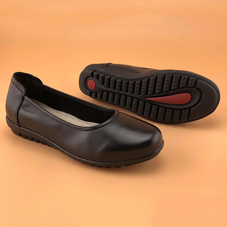 黒いスチュワーデスの通勤靴の柔らかい面の心地良い仕事靴の真皮の底の丸い頭の職業の浅い口の春季の靴の女性