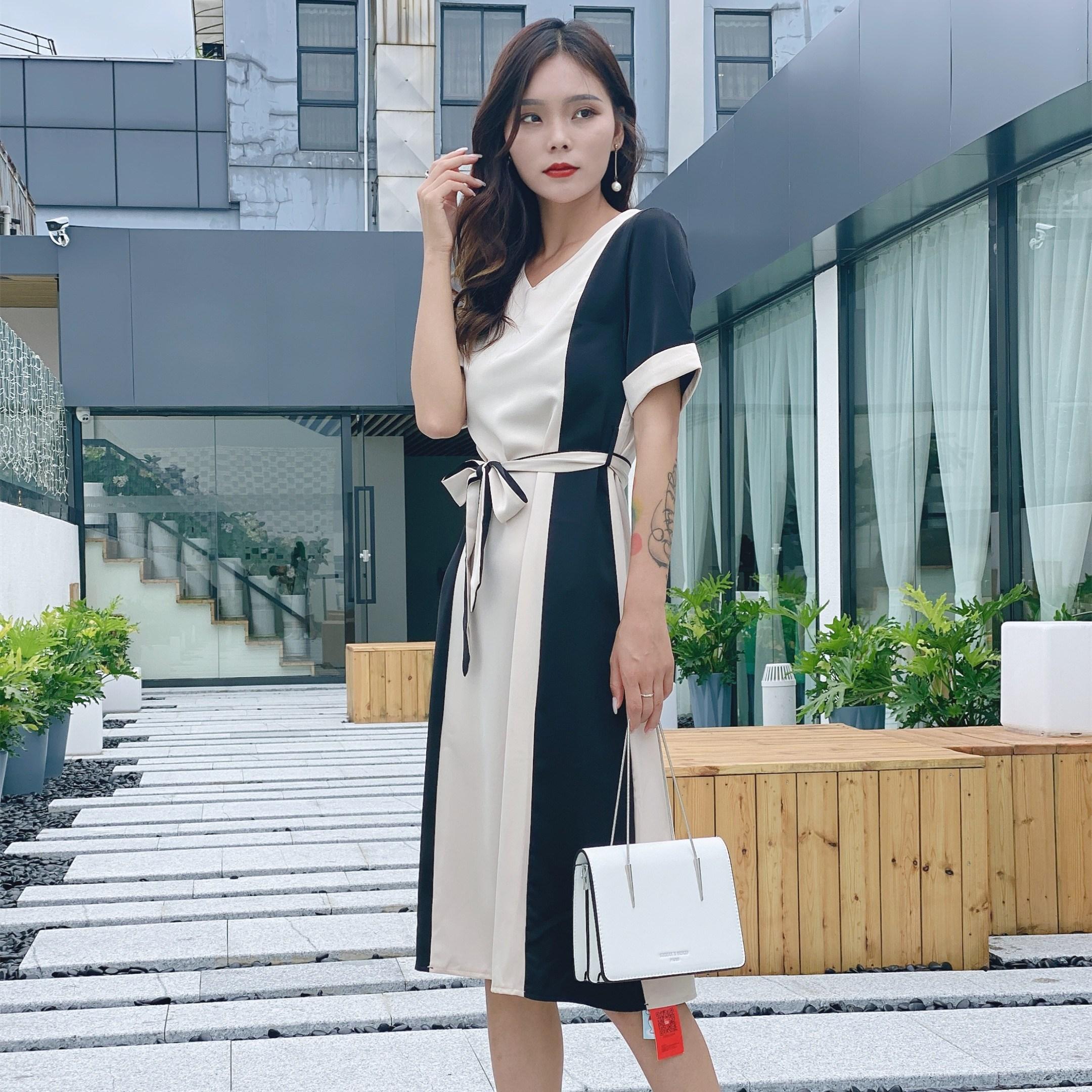 2020夏の新型日韓横タイプの磁気ボタンの質感チェーンの純色の百組の肩に斜め掛けの四角バッグを提げます。