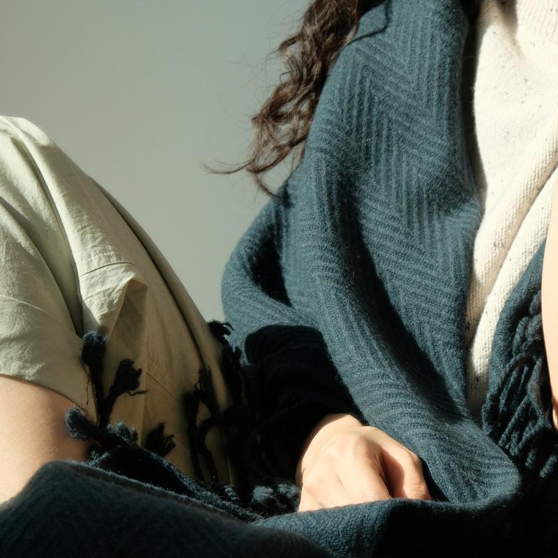 APCSHOP 德国客户精梳羊羔毛加厚大规格人字纹女士围巾披肩披毯