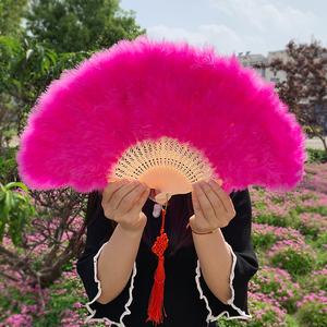 网红羽毛扇子古典旗袍走秀玫红色扇挂扇装饰折扇中式古风年会羽扇