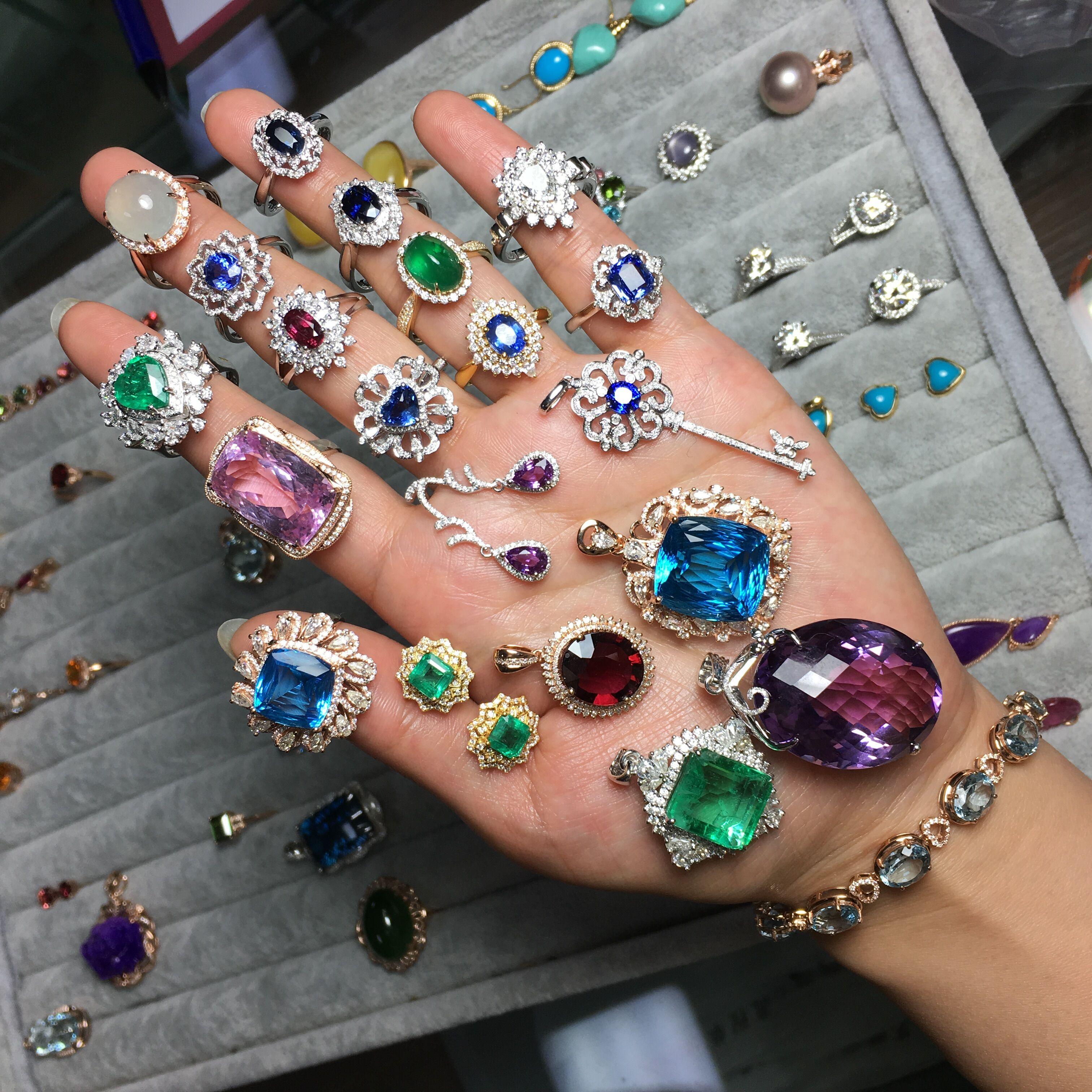 天然エメラルドの18 Kゴールドのモザイクサファイアの指輪はプライベートで注文してハイエンドのカラー宝石のペンダントを作ります。