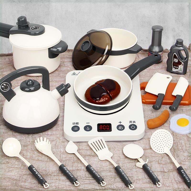 子供の炊事道具の台所は本当にご飯を炊いて真実なセットの炒め物の食事をして遊んでミニ食用のおもちゃの子供を遊びます。