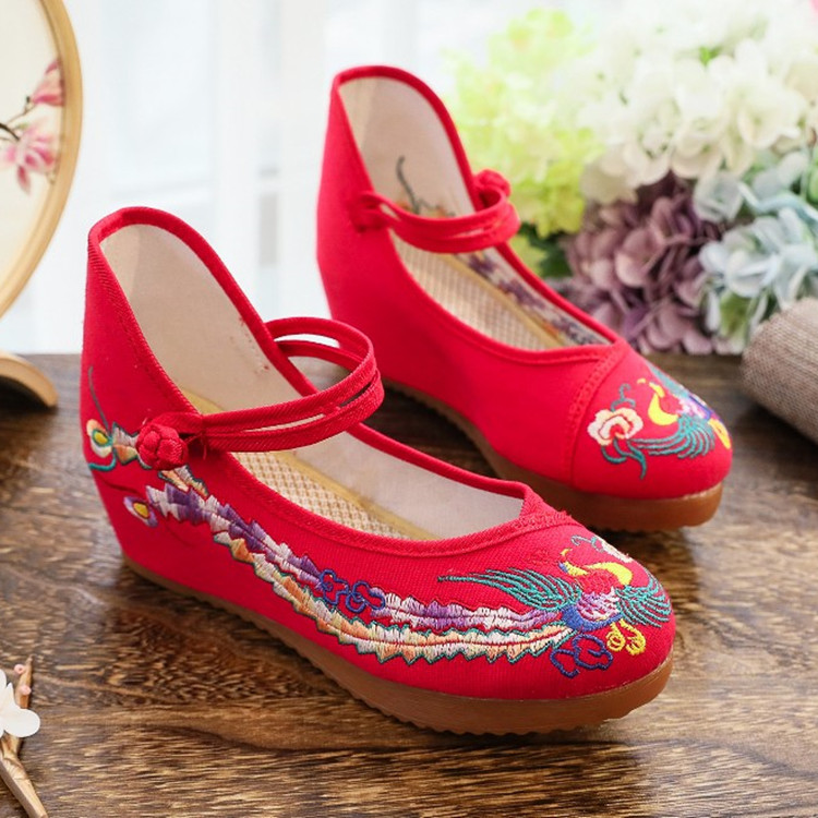 Red Chinese wedding shoes, bridal shoes, Xiuhe clothes, old Beijing cloth shoes, ethnic embroidered shoes, Dama square dancing shoes