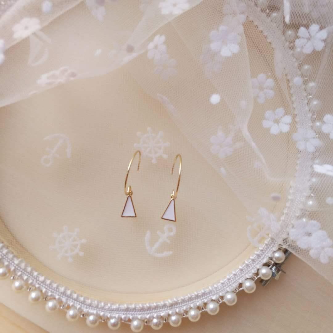 Popular Japanese and Korean style triangular geometry simple black white oil drop temperament Earrings