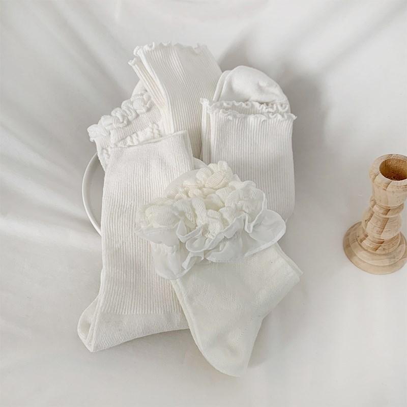 サンダルに合わせて履く靴下の中筒と靴下の中筒と春の夏の薄いロイターレースの靴下にサンダルの中筒の靴下を合わせます。