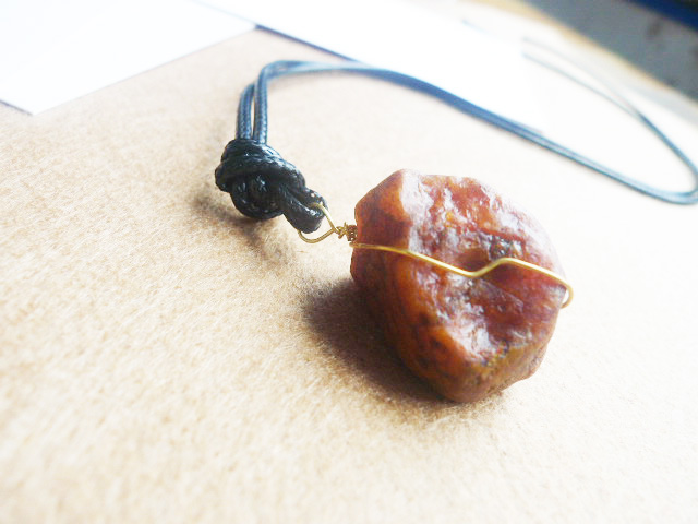 Small and beautiful. Natural Gobi red agate large particle stone pendant necklace looks like old honey wax