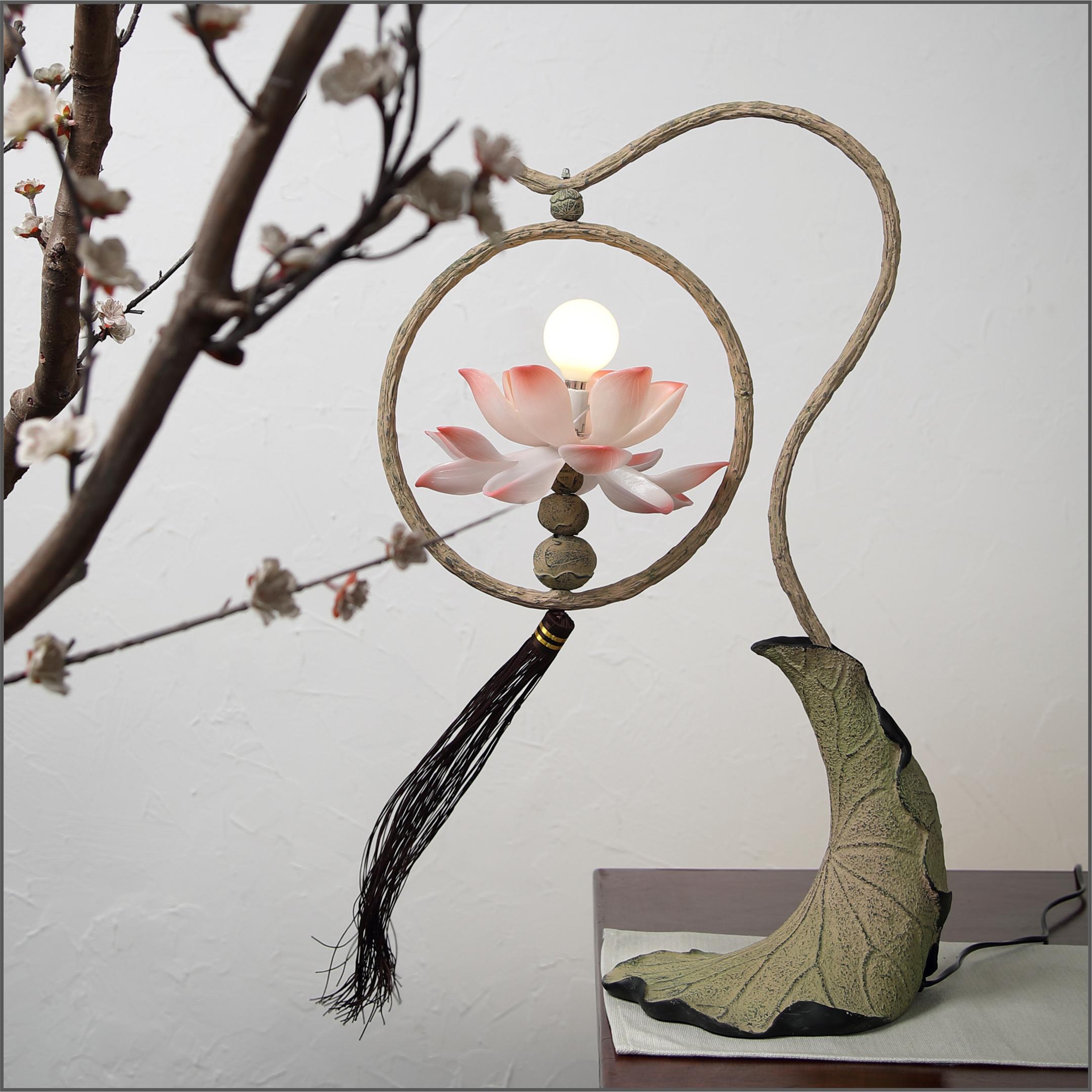 近代的な新しい中国式のハスの花のスタンドの個性的な客間の書斎はハスの葉の辺のハスの寝室の枕元の充電する明かりを読みます。