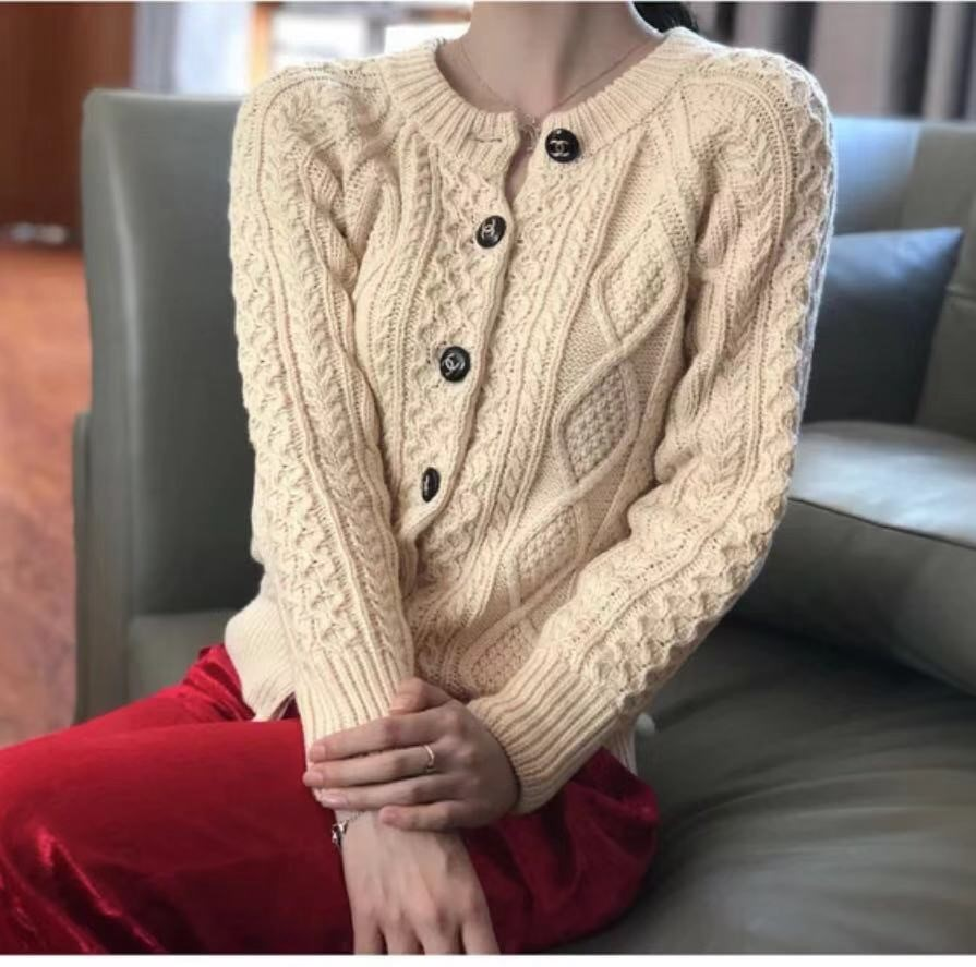 The same style of twist rhombic thick yarn thickened sweater in the evening